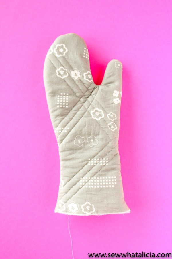 How to Sew the Best Oven Mitts: This is a great project for creating handmade gifts. Put these mitts with an apron and a cookbook for the best gift basket. Click through for the full sewing tutorial. | www.sewwhatalicia.com