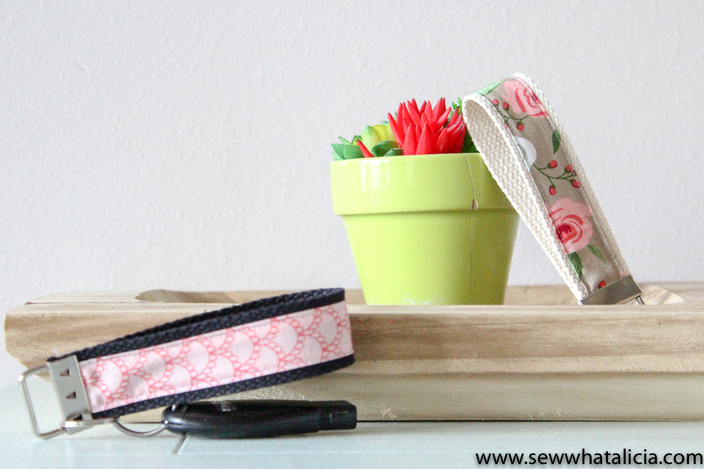 Cricut Simplicity Easy Key Ring Tips and Tricks: Grab all the tips and tricks for this quick and easy project. It is perfect to make as a gift. Click through for tons of great tips and tricks. | www.sewwhatalicia.com