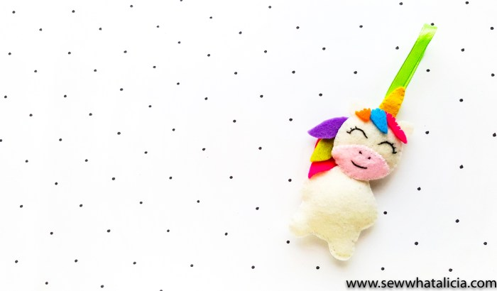 Christmas Unicorn Ornaments: This felt unicorn is seriously adorable. Hand sew this sweet little unicorn to use as an ornament or to adorn a gift. Click through for the full tutorial and printable pattern pieces.   www.sewwhatalicia.com