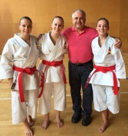 Equipo femenino de kata junto al presidente en funciones de la RFEK Y DA, vía RFEKyDA