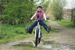 Bisiklet Süren Mutlu Çocuk