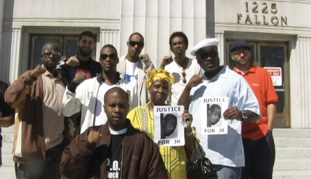 A number of supporters came from across the country to support M.O.I. JR in the bogus arson case that he was given while he was covering the Oscar Grant rebellions. M.O.I. JR is in the front with New York rapper Mega Watts, Tom Flannery of Anhk Marketing, M1 of dead prez, Umi of the rap group Prisoners of War, Tymbani, a former member of the Black Panther Party, Prisoners of Conscience Committee Chairman Fred Hampton Jr. and POCC Ambassador Franco were all in attendance at the last court hearing. The next hearing in the case is on Friday, Oct. 30, 9 a.m., at 1225 Fallon St. in Oakland in Courtroom 11. We urge all of our readers to support the Minister of Information against this attack from the state. – Photo: Angela Carroll