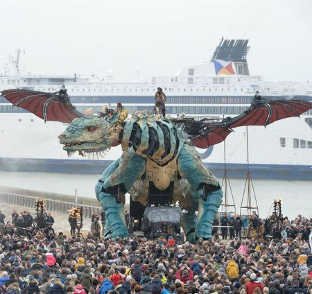 Dragon storms France (crazy Mecha news).
