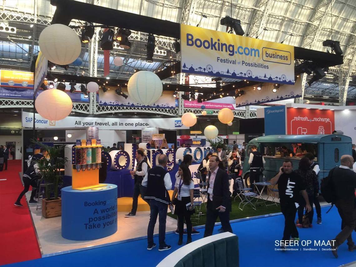 Booking.com business stand bij festival of possibilities in Londen. Gebouwd door Sfeer op Maat.