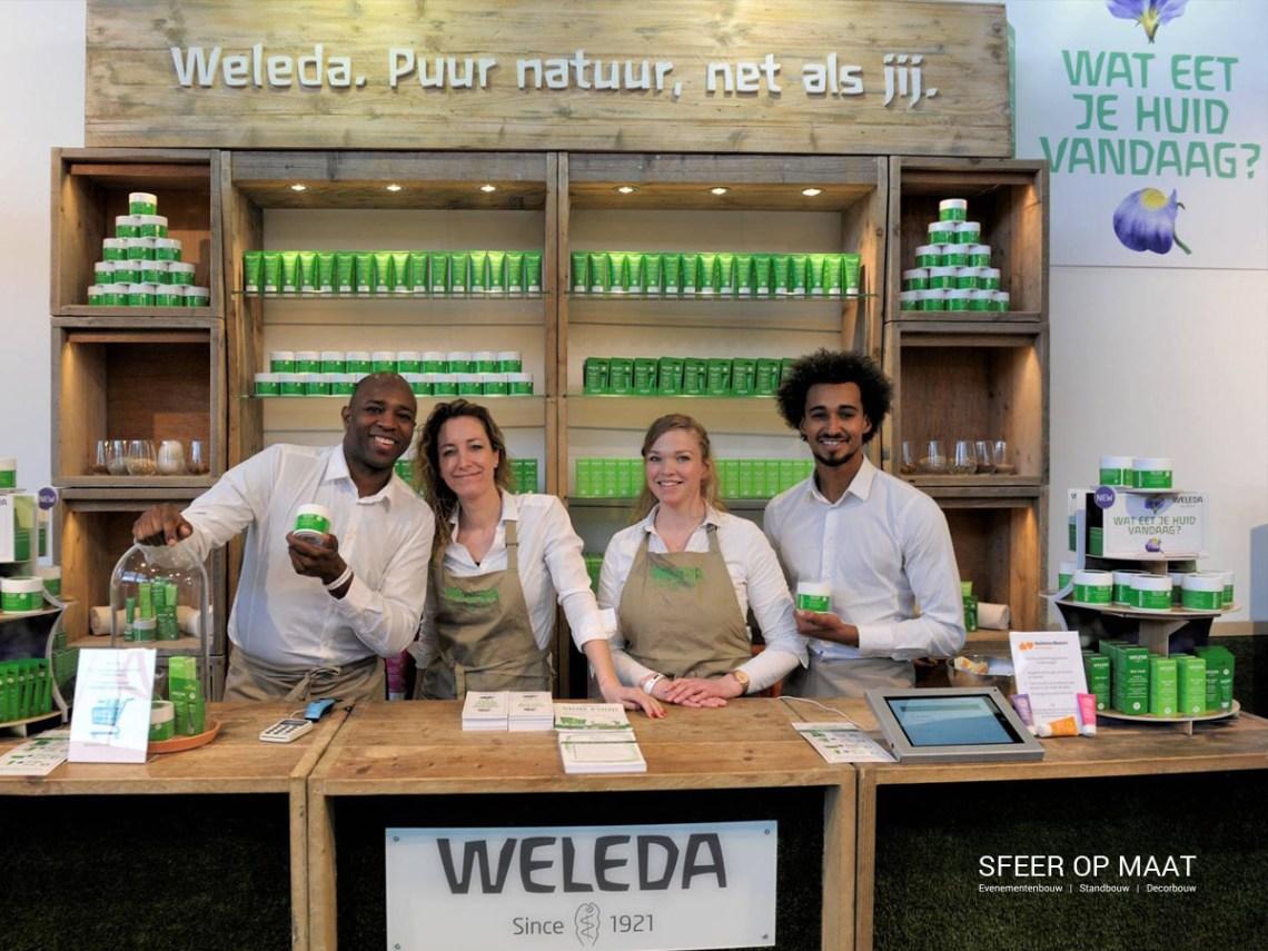 Bar en achterbar met sfeervolle verlichting bij de Weleda stand op Huishoudbeurs in 2019. Gebouwd door Sfeer op Maat.