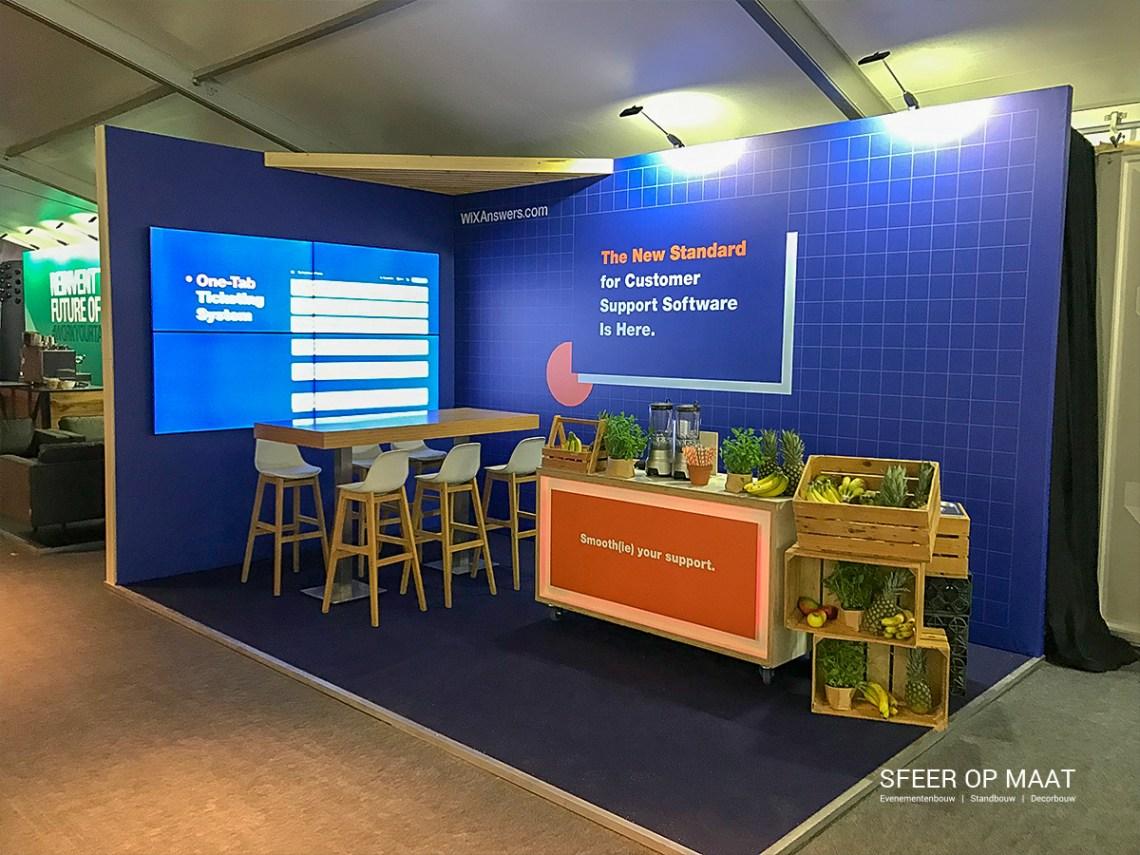 Stand voor WIX bij The Next Web conference op de NDSM werf in Amsterdam. Complete beursvloer is gebouwd door Sfeer op Maat.