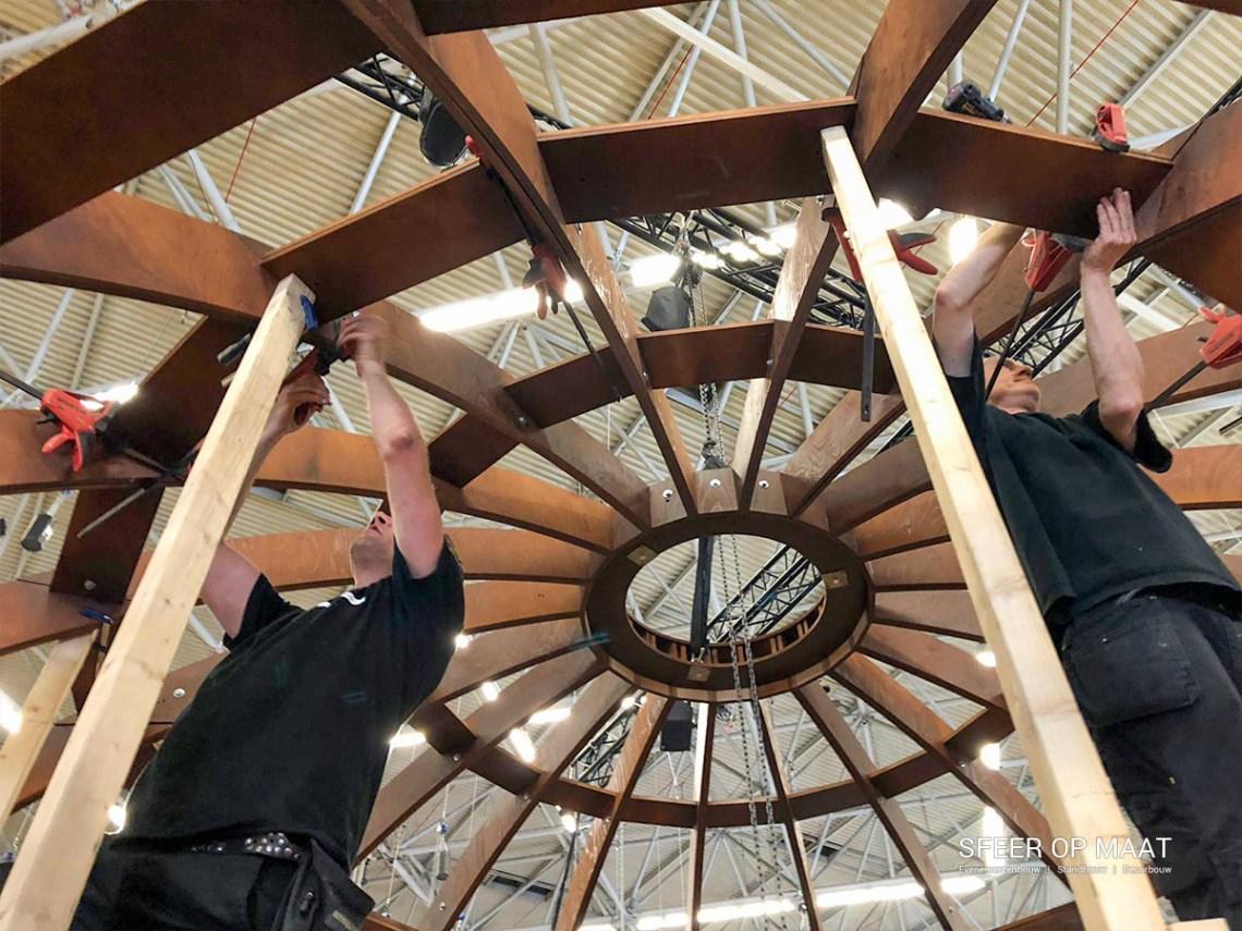 Standbouwers van Sfeer op Maat bouwen de dome voor de Heijmans stand op de Provada.
