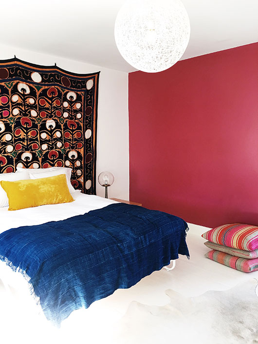 colorful bohemian modern bedroom decor in marfa airbnb / sfgirlbybay