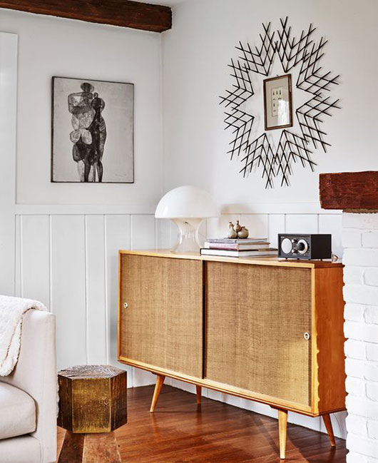 white walls with mid-century modern decor via david price photography. / sfgirlbybay