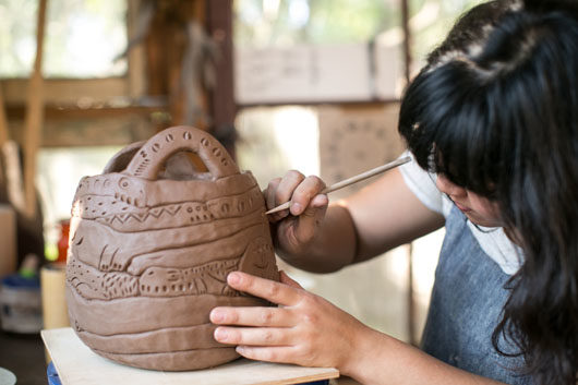 ceramicist Linda Hsiao working in her highland park studio / sfgirlbybay