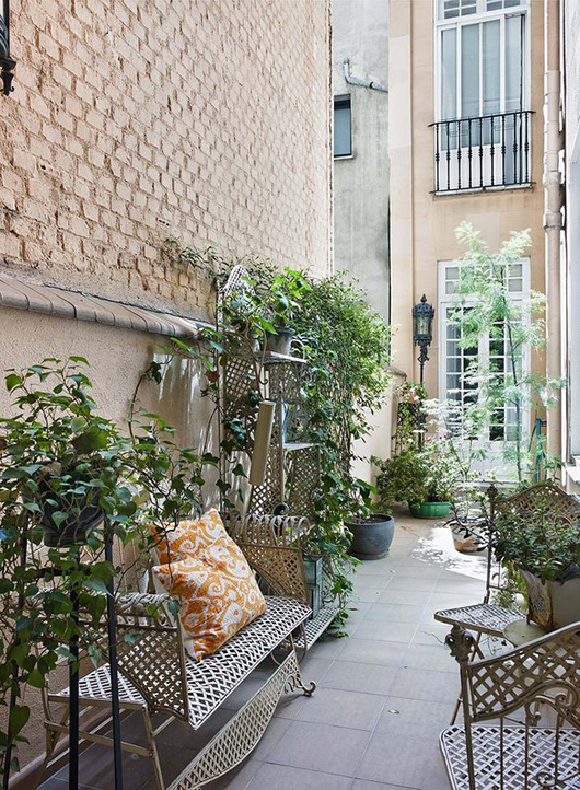 madrid apartment with narrow outdoor space / sfgirlbybay