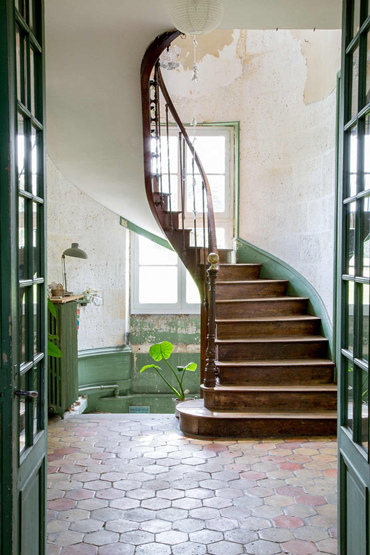 green and wood staircase in castle via vtwonen. / sfgirlbybay