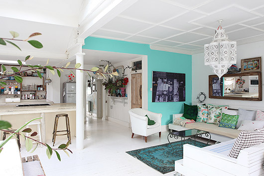 bright aqua accent wall in light locations london living room. / sfgirlbybay