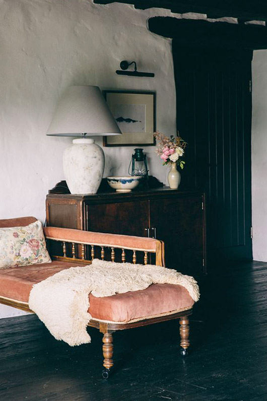vintage pink chaise lounge. / sfgirlbybay
