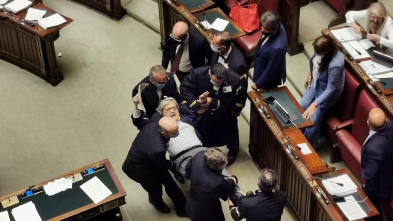Il meme di Sgarbi espulso dalla Camera: il meglio dei social
