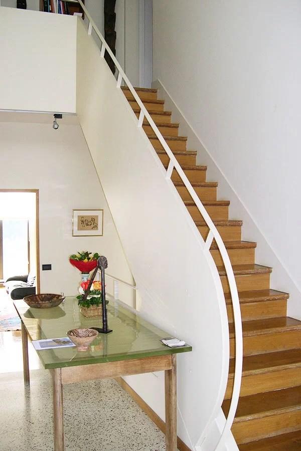 Pose d'une rampe d'escalier en métal blanc
