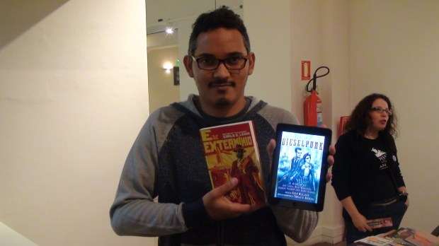 """Cirilo S. Lemos with his new novel """"E de Extermínio"""" and the anthology that will feature one of his stories"""