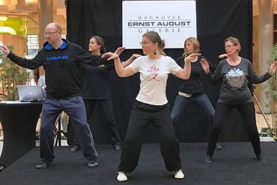 Qigong/Tai Chi-Gruppe auf der Bühne der WE LOVE SPORTS - DAYS