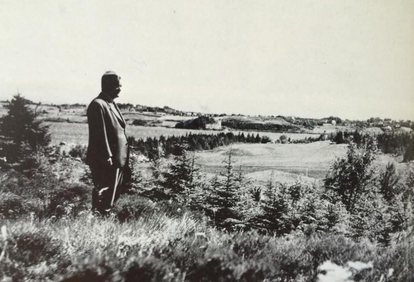 Banearkitekt Fred Smith bak green på hull 2 i 1956