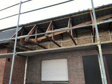 Der Pult des Daches wird noch gesäubert und neu verkleidet.