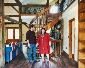 Ms. Clare e suo marito, Joshua Lewis, nel loro studio per scrittori ad Amherst, Mass. – Tony Luong per il New York Times