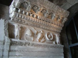 Rome_Temple_of_Vespasian_entablature