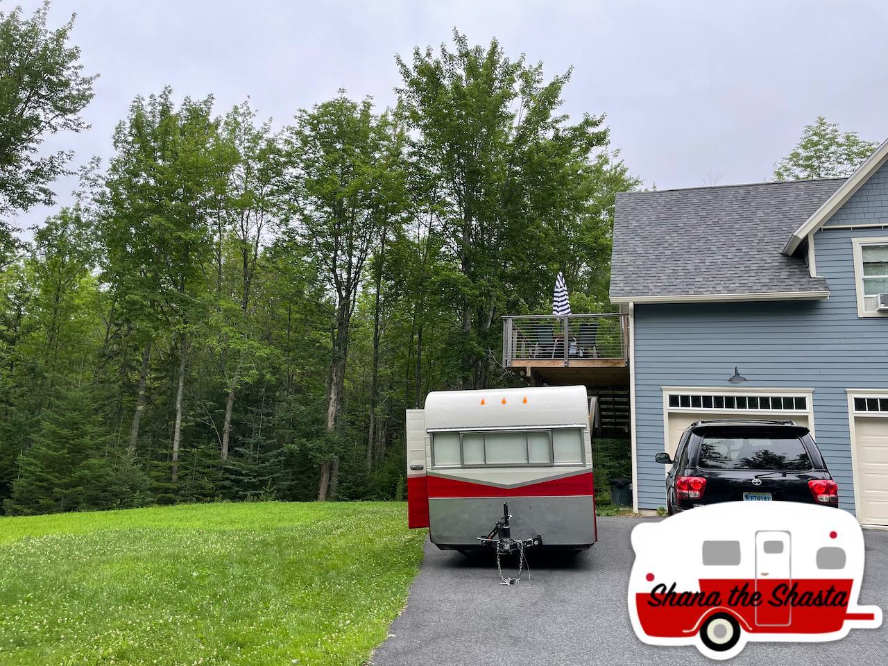 Vintage-Camper-at-Hadley-Point-Hideaway