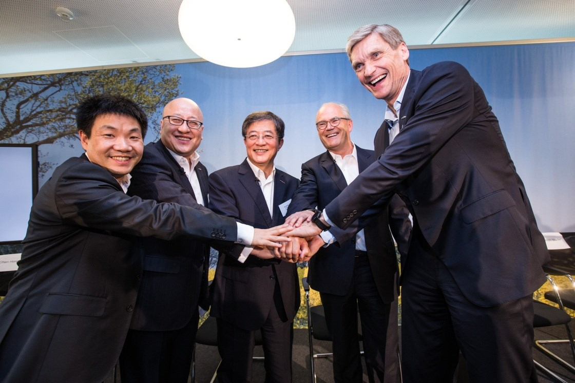 Ren Jianxin (center), chairman of ChemChina and chairman of the board of directors of Syngenta, Michel Demare (second from right), vice chairman and lead independent director of Syngenta, shake hands with other members of the management team at a press conference yesterday in Basel, Switzerland. -- Xinhua