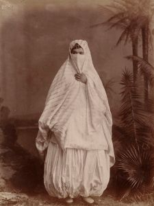 676px-Algerian_woman's_outdoor_costume