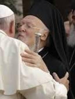 il-papa-abbraccia-ad-assisi-il-patriarca-bartolomeo