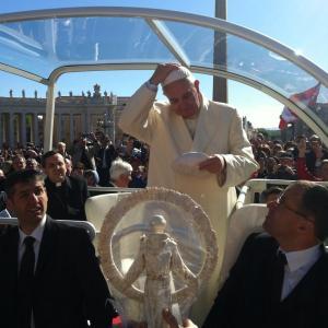 papa-francesco-e-la-statua
