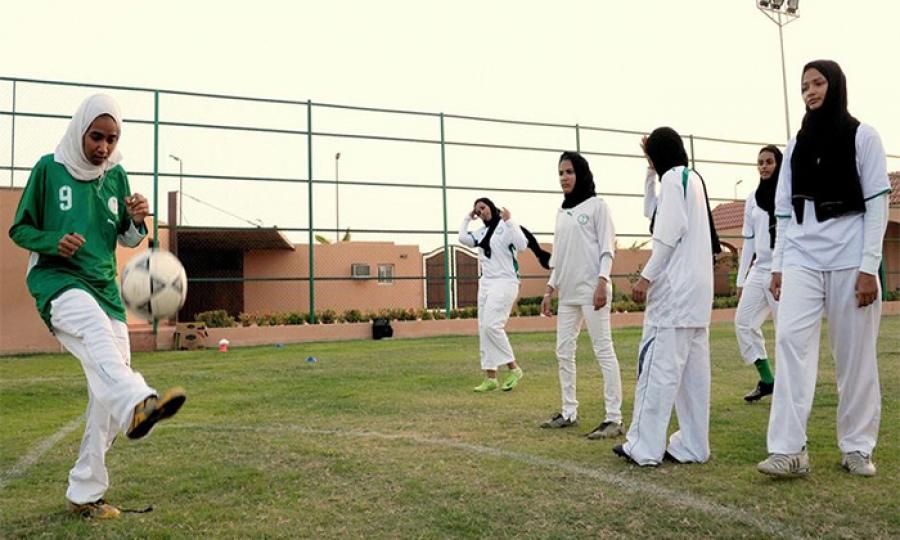 السعوديات كسرن القيود وتوجهن إلى كرة القدم