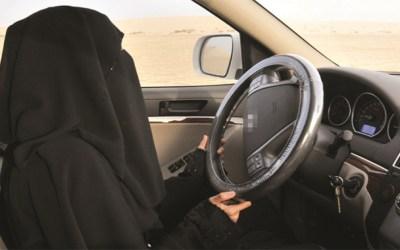 قيادة المرأة السعودية السيارة .. إلى الخلف در
