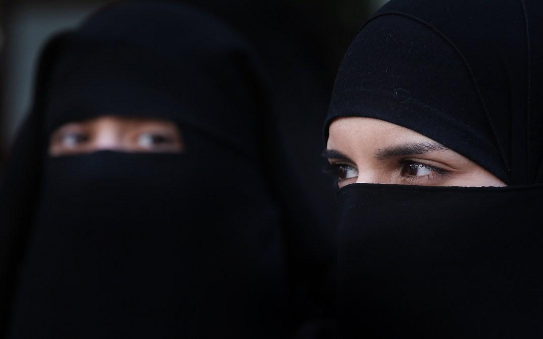 لأسباب أمنية… تونس تحظر النقاب في المكاتب والمؤسسات الحكومية
