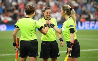 طاقم التحكيم النسائي ينجح بامتياز في إدارة  مباراة كأس السوبر الأوروبي