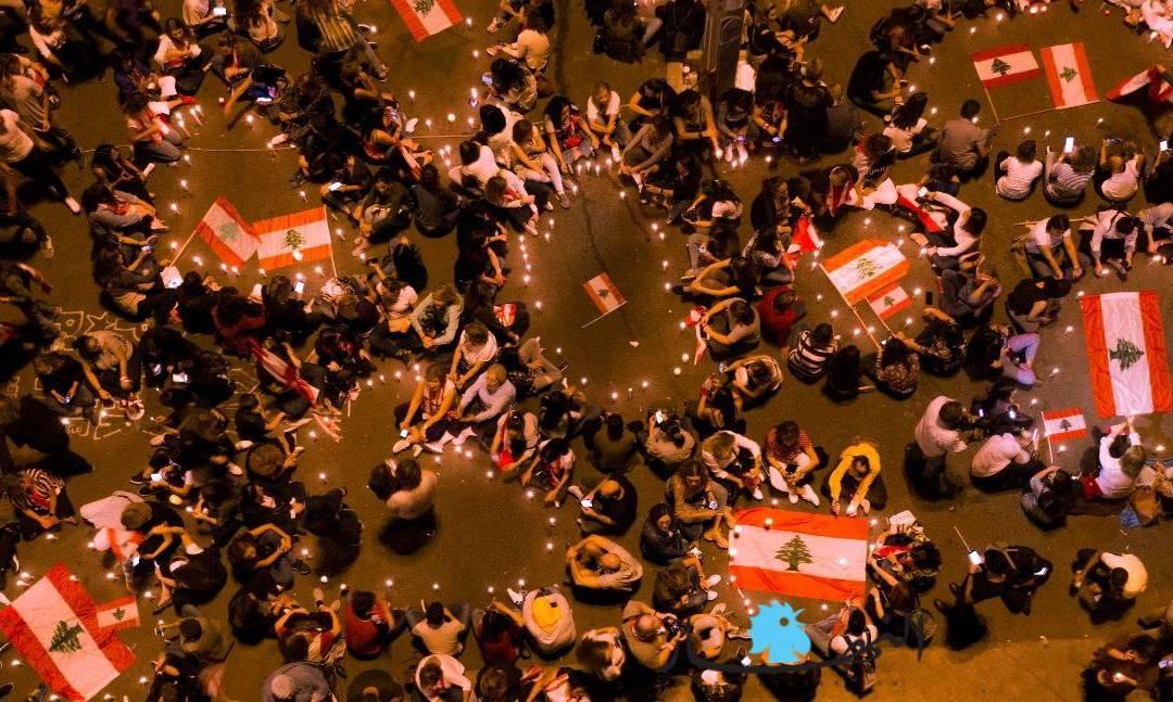 نساء لبنان تضيئ شموعا في ساحة الشهداء وتغني النشيد الوطني معدّلاً!