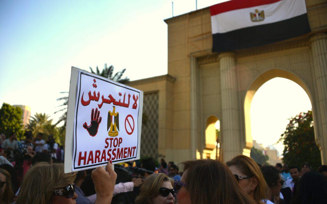شابة مصرية تتعرض للتهديد بالحرق بعد تبليغها عن تحرش تعرضت له من قبل عدد من الشبان