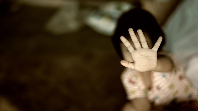 والد وزوجته يعتديان بالضرب الوحشي على طفلتهما في غزير