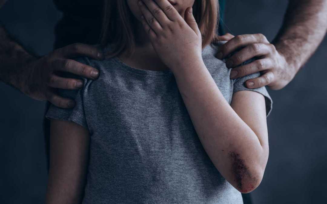 القبض على عائلة عنّفت ثلاثة من طفلاتها وعذبتهنّ شمال لبنان!