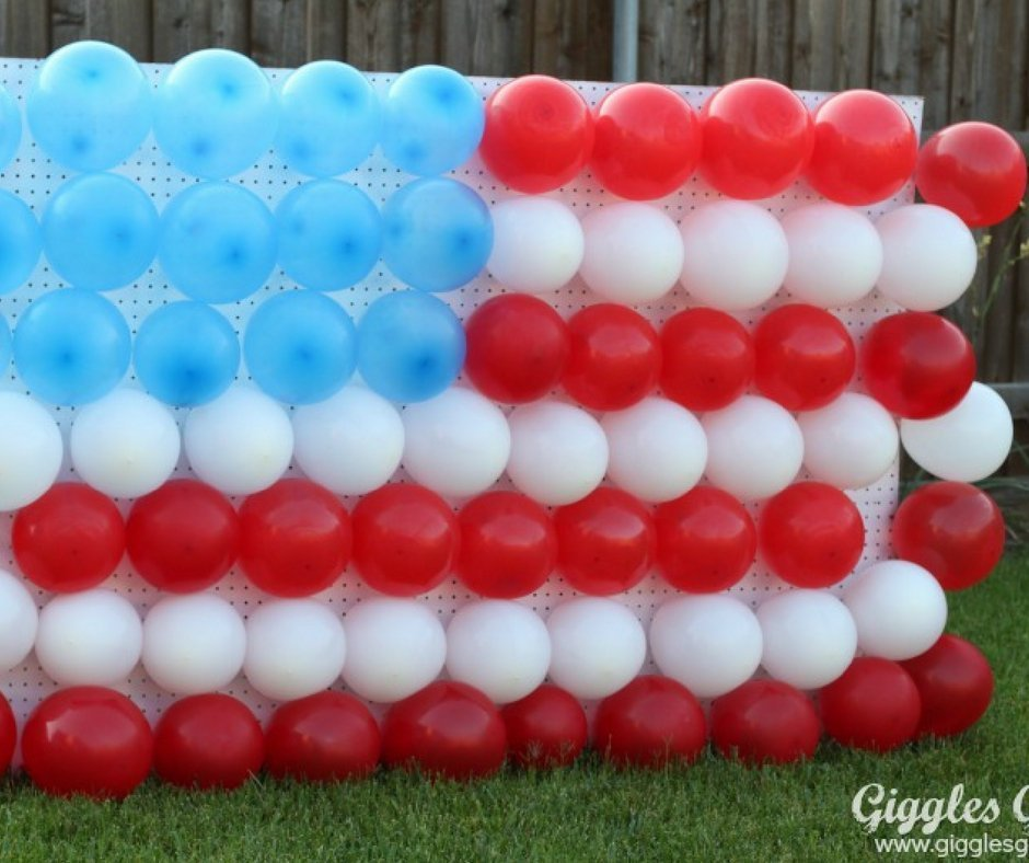 4th of July photo booth: Ballon backdrop