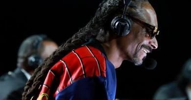 Snoop Dogg Steals The Show at Tyson vs Jones Jr. Fight With Savage Commentary that Got Fans in Stitches.