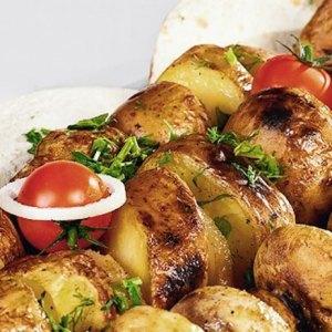 Хрустящий картофель на мангале,запеченный в жировой сетке- непременный гарнир любого хорошего шашлыка.
