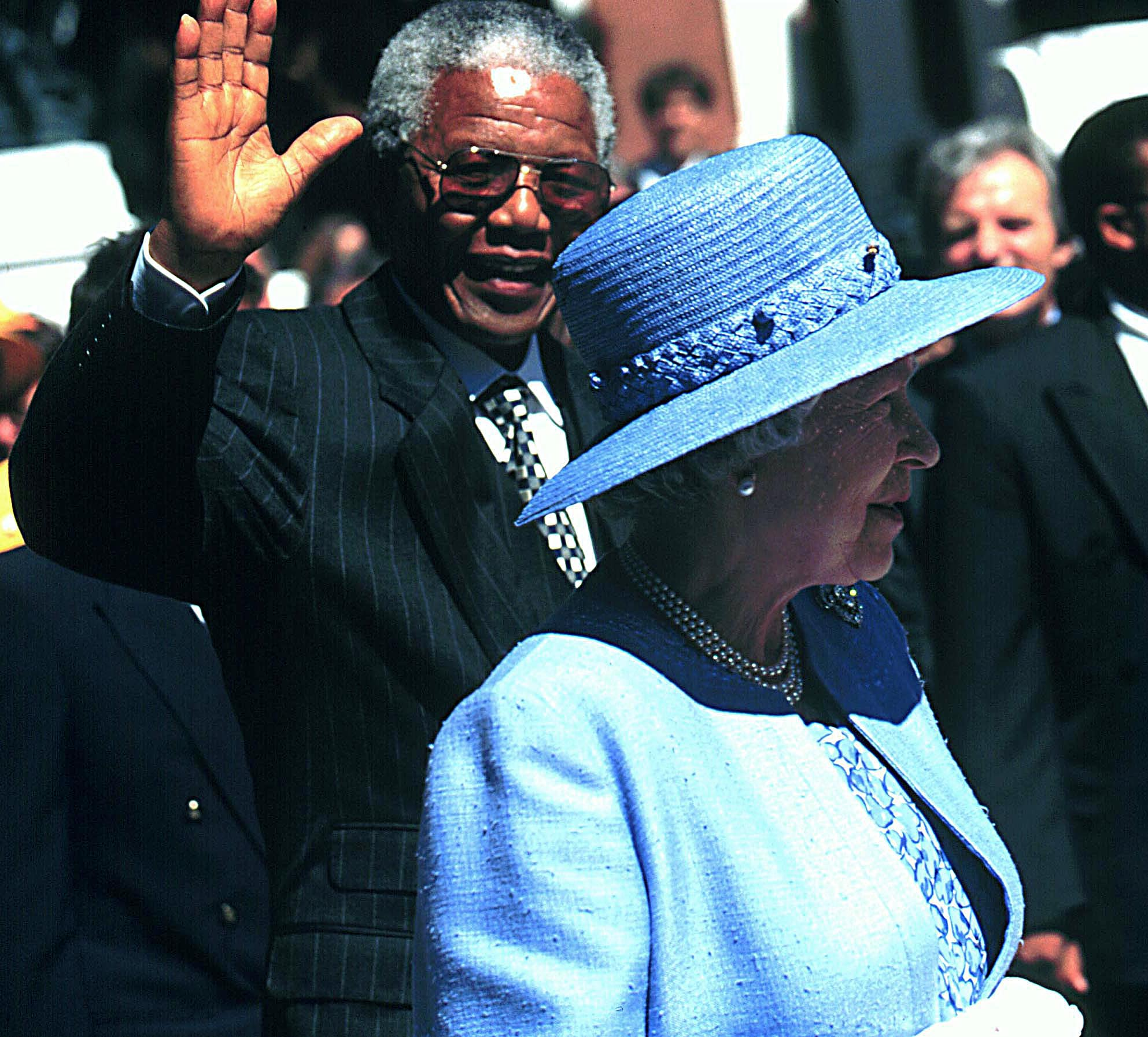 980106SH32:SAFRICA:ROYALS:MAR95 - Queen  Elizabeth II and  President Nelson Mandela takes a-walk-about during her state visit to South Africa which started in CapeTown. (Photo by Shaun Harris / www.afrikamoves.co.za)