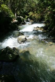 Das Ende des Weges führt an einem rauschenden Bach entlang