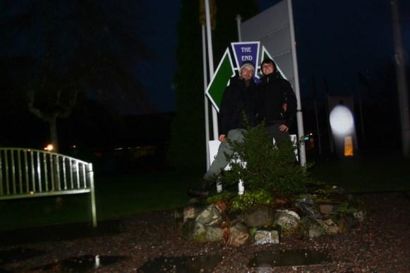 Formierung vor dem Schild, dass das Ende des West Highland Ways verkündet. Erschöpft, aber stolz und glücklich.