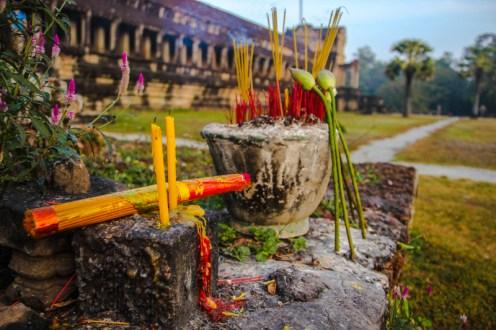 Räucheropfer hinter Angkor Wat