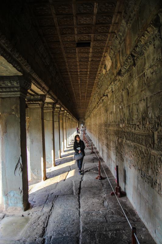 Lange Basrelief-Gänge in den Außenmauern