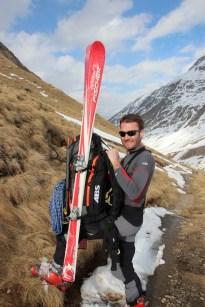 Immer wieder müssen die Skier abgeschnallt und auf den Rucksack gehievt werden