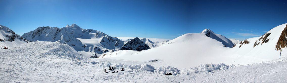 Oben am Schaufeljoch (3.116m) - Die Tour beginnt mit einer Abfahrt