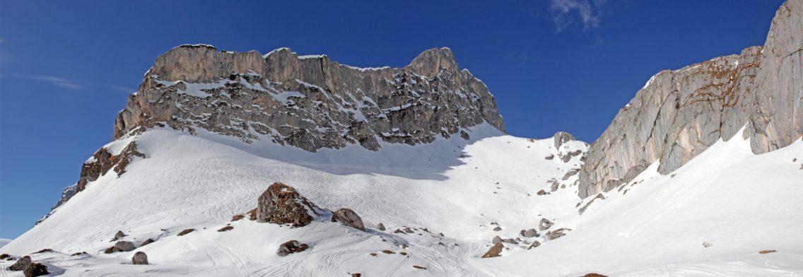 Steile Abfahrten unterhalb von imposanten Felswänden